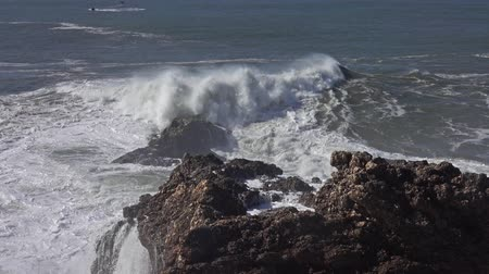 mořská voda : High waves breaking on the rocks of the coastline Dostupné videozáznamy