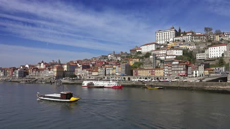 типичный : Traditional boat sailing on Douro river Porto