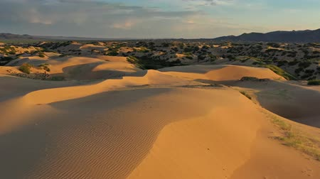 üzerinde : Aerial view of the sand dunes at sunrise