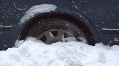 hóvihar : Car wheel stuck in the deep snow