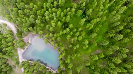 perçin : Drone footage 4K, Beautiful small lake in French Alps