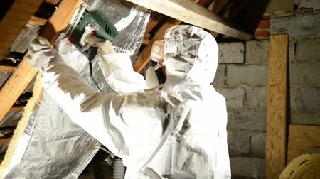 yalıtım : a man placing insulation mineral wool on the attic. Stok Video