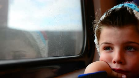 окно :  boy in a moving train with his reflection in the window Стоковые видеозаписи