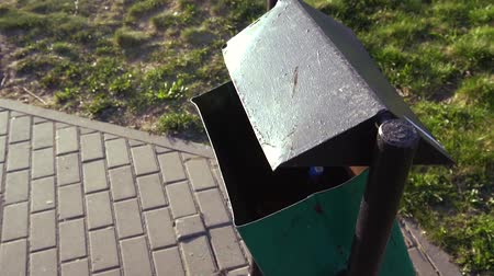 wysypisko śmieci : womens hand throws an empty plastic bottle into the trash can