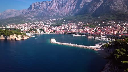 マスト : Makarska, Croatia: panorama of the city Harbor with a view of the sea and the mountains shooting with the drone