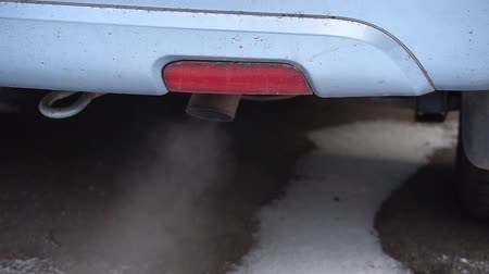 spaliny : Environmental pollution of air by car exhaust pipe Wideo
