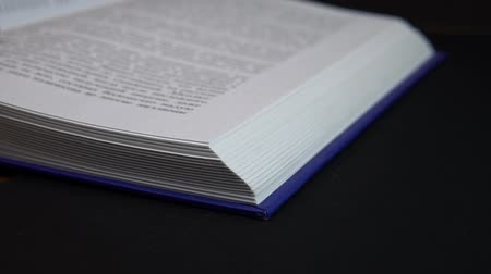 gramotnost : Book pages turning in slow mo Dostupné videozáznamy