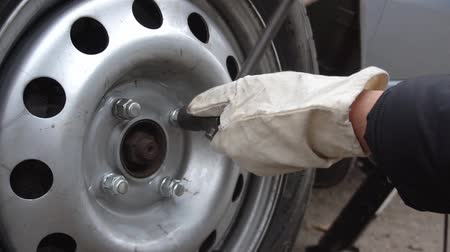 fék : replacement wheels on the car on the road