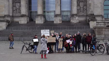 bundestag : BERLIN, GERMANY-December 2018. Organized student picket in front of the Bundestag Stock Footage