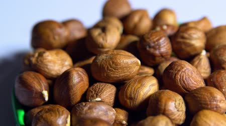 avelã : Smooth rotation of hazelnut kernels close-up