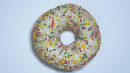 american cuisine : Sweet donuts rotating on a white background. Traditional American sweetness
