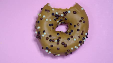застекленный : Delicious sweet donut spinning on colored background