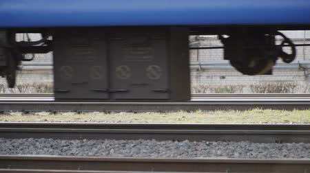 goederentrein : Wheels of a train moving on rails slow motion