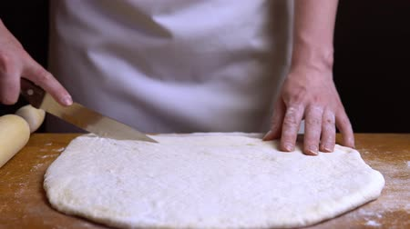 tekercselt : Cut the rolled out dough manually into pieces. close-up 4K