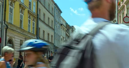pedestres : Krakow, Poland June 2019: tourists walking in the historic center of the city. timelapse