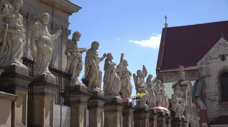 barok : twelve apostles at the entrance to the Church Saint Peter and Paul in Cracow Stok Video