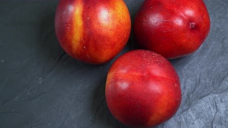 нектарин : Spin three fresh ripe red and yellow peaches Стоковые видеозаписи