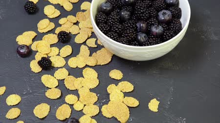 flocos de milho : bowl of blackberries, blueberries and cereal. morning natural breakfast