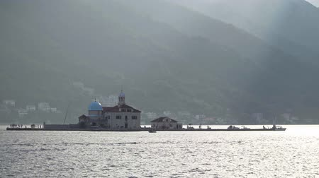 балканский : artificial island Gospa od Skrpjela in the Bay of Kotor near Perast, Montenegro Стоковые видеозаписи