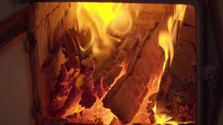 камин : burning wood in the fireplace in the cold winter