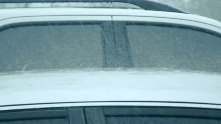 tanımlayıcı : slow motion Raining over the car roof