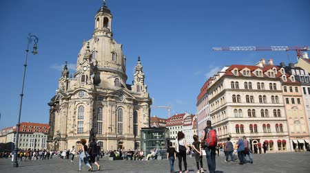 barok : Frauenkirche cathedral in Dresden, Germany in summer, Sunny day and croud of tourists Stok Video