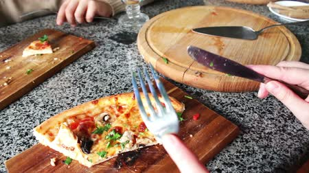 pasta cutter : People eat large pieces of hot pizza