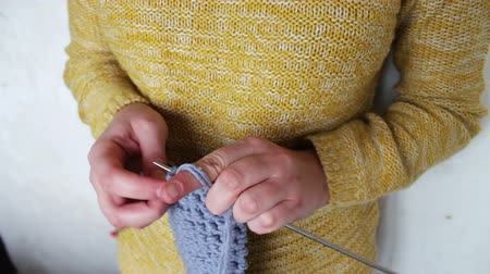 přadeno : womans hands knitting needles