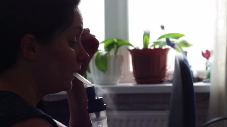 oksijen : The girl inhales medicine for asthma through the nebulizer Stok Video