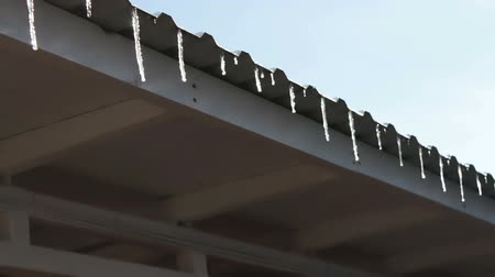saçak : Lot of Melting icicles on a roof