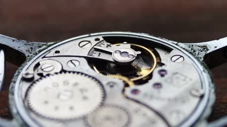 uhr : .Inside of watch mechanism On a stylish wooden background