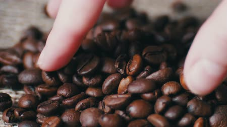 restaurante : Woman Brown tauch Coffee beans loop video Stock Footage