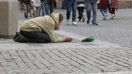 csavargó : September 12, 2017 - Prague, Czech Republic: The poor man begs alms in the streets of the city around there are many people and no one gives anything,Beggar sitting in the street waiting for coins