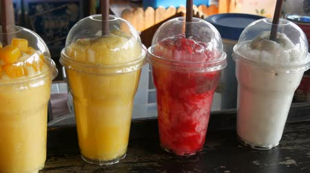 batidos de frutas : Batido de frutas multicolor en la barra Archivo de Video