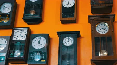 časová prodleva : PATTAYA, THAILAND - DECEMBER 23, 2017: Many different clock on wall. Old antique antique vintage clock. Dostupné videozáznamy