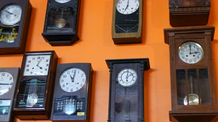 decomposition : PATTAYA, THAILAND - DECEMBER 23, 2017: Many different clock on wall. Old antique antique vintage clock. Stock Footage