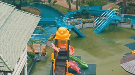 gust of wind : Childrens water slides and mini-water park in the hotel will rain down with a damp rain