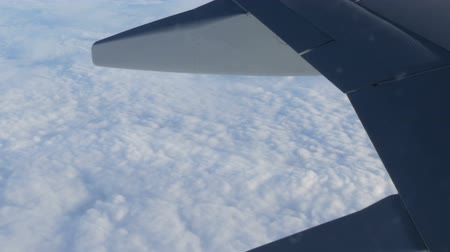 aeroespaço : View of the wing of an airplane in flight over beautiful air clouds Stock Footage