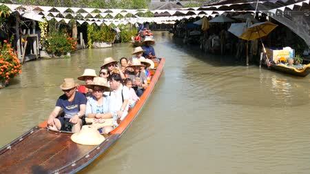 yüzer : PATTAYA, THAILAND - December 18, 2017: Different tourists go boating on a brown river in Pattaya on floating market Stok Video