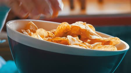 engorda : Beautiful female hands taking potato chips from huge plate, close up view Vídeos