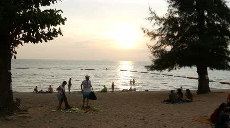рекреационных преследования : PATTAYA, THAILAND, December 14, 2017: beautiful view of the South China Sea, in which people bathe and rest. Sunset on the beach