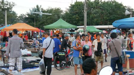 usado : PATTAYA, THAILAND - DECEMBER 16, 2017: Flea market in Thailand. People choose things on a flea market. Many second-hand things on the floor Stock Footage