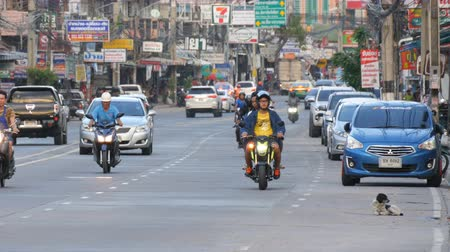 chodník : PATTAYA, THAILAND - DECEMBER 16, 2017: Huge traffic on the streets of Thailand. A lot of cars, minibuses, motorcycles drive in a typical large Asian street