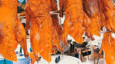 malajsie : Street food in Thailand and Asia. Red Peking duck on counter. Exotic dishes on the streets
