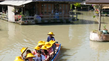 каноэ : PATTAYA, THAILAND - December 18, 2017: Different boats with tourists riding them on the river in a floating market Стоковые видеозаписи