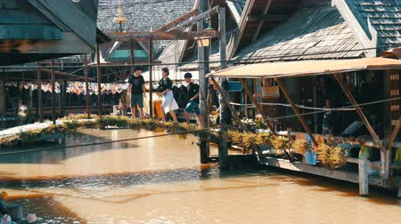 каноэ : PATTAYA, THAILAND - December 18, 2017: Excursions for tourists on the floating market. People go boating on a river