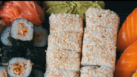 atum : Big sushi set with variety of sushi rolls, maki, nigiri, gunkan close up