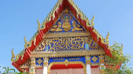 pozlacený : Beautiful Buddhist gilded temple with variety of ornaments and religious symbols