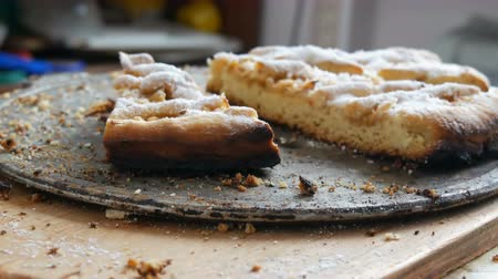segmento : Pieces of half-eaten pie on a table. Homemade baking. Apple pie from short pastry in the home kitchen