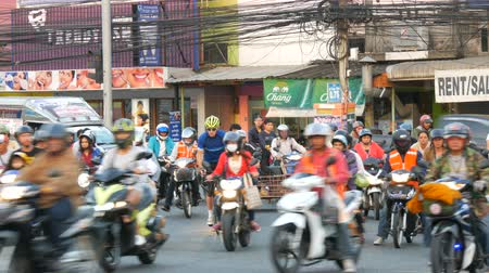 ornamentação : PATTAYA, THAILAND - DECEMBER 20, 2017: Huge Asian traffic on street. A large number of motobikes are standing on the street waiting for their turn to go Vídeos